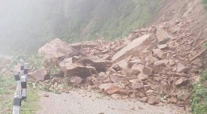 ढुङ्गा खस्दा कर्णाली राजमार्ग अवरुद्ध, एक घर भत्कियो